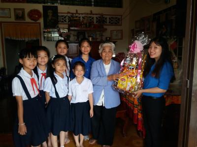 Thăm và tặng quà tết cho Mẹ Việt Nam anh hùng.
